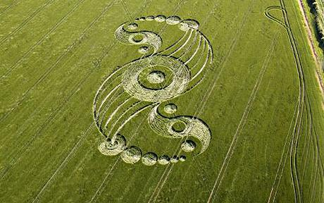 Police officer sees aliens at crop circle near Avebury, Wilts, UK